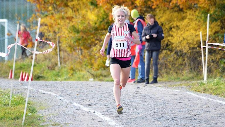 Linn Nilsson från Hälle IF springer mot mål i terräng-SM.