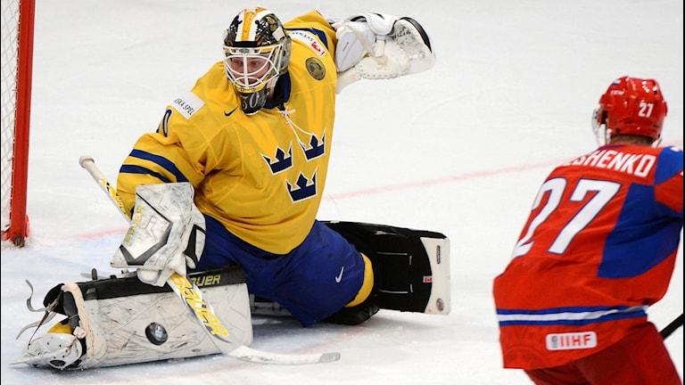 Målvakten Viktor Fasth under ishockeymatchen mellan Ryssland och Sverige i ishockey-VM 2012 i Ericsson Globe Arena i Stockholm. Foto: Claudio Bresciani/SCANPIX