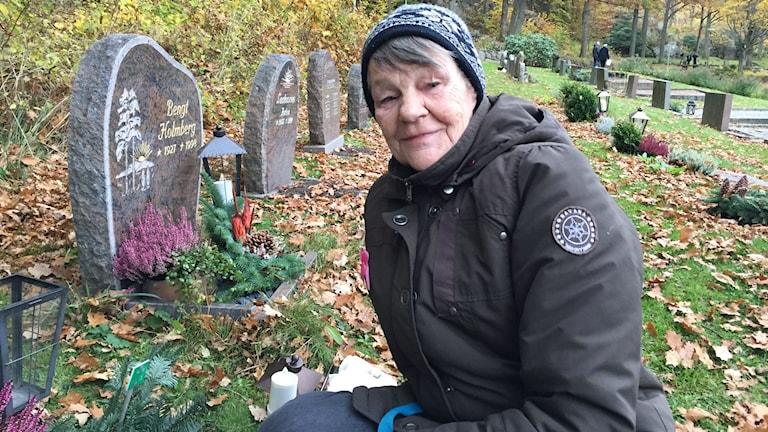 Gunnel Axelsson tänder ljus på sina föräldrars grav