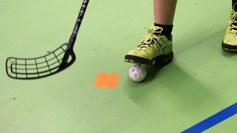 En innbandyklubba och en boll. Foto: Fredrik Sandberg/SCANPIX