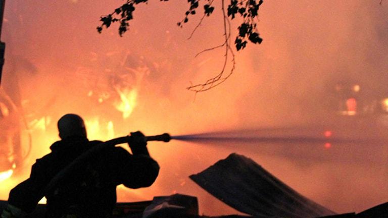 Arkivbild på brandman och lågor.