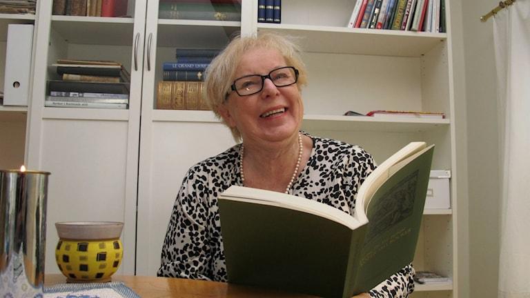 Anita Alexandersson läser bok. Foto: Charlotte Andersson/Sveriges Radio.