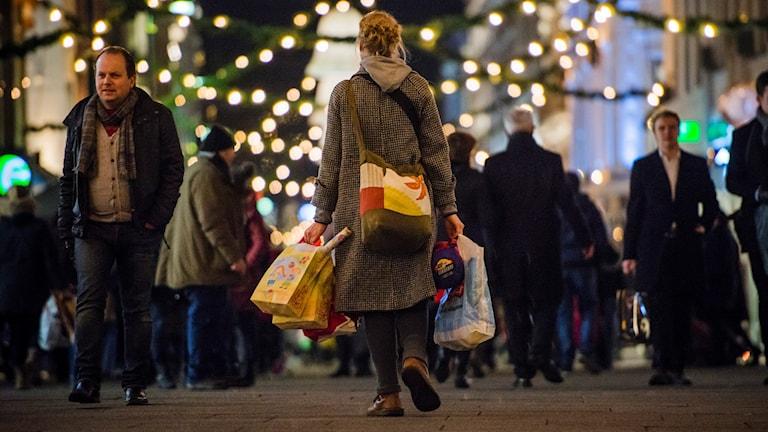 Folk på en gata under julhandeln.