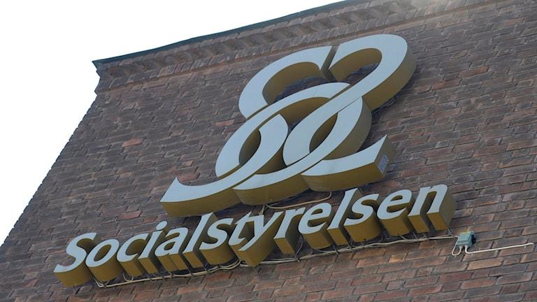 Socialstyrelsens logotyp. Socialstyrelsens kontor på Rålambsvägen i Stockholm. Foto: Fredrik Sandberg/TT.