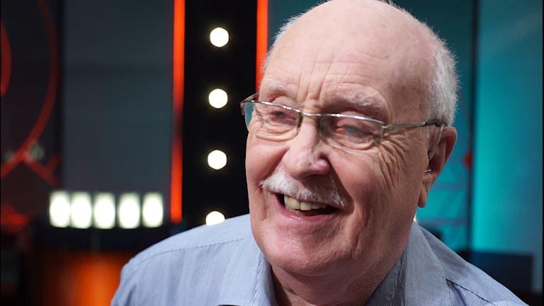 En leende Willy Martinsson i SVT:s Vem vet mest-studio. Foto: SVT