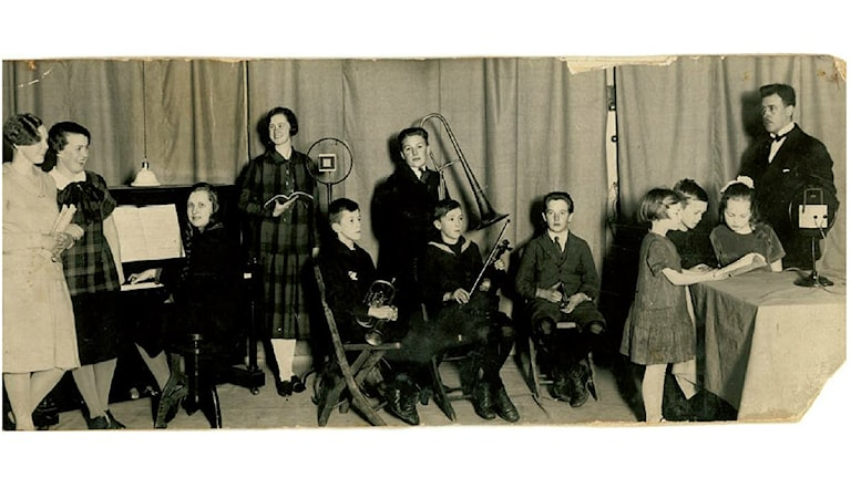 Bild från inspelning av Barnens brevlåda frän 1927 i Trollhättan. Alf Bjurbäck är en av barnen. Hans dotter Birgitta Andersson har skickat in bilden.