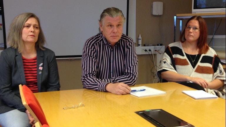 Maria Forsberg (ordförande socialnämnden) , Magnus Hultin (socialchef) , Malin Petzäll (MAS). Foto: Richard Veldre/Sveriges Radio.
