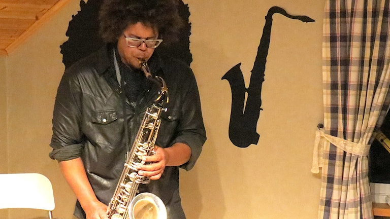Jake Clemons spelar saxofon i Sjuntorp. Foto: Jan Olov Nilsson.