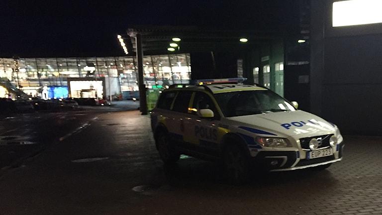En polisbil vid Överby köpcentrum i Trollhättan. Foto: Victor Jensen/Sveriges Radio.