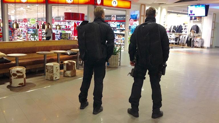 Polis bevakar Torps Köpcentrum i Uddevalla. Foto: Margaretha Valdemarsdotter/Sveriges Radio.