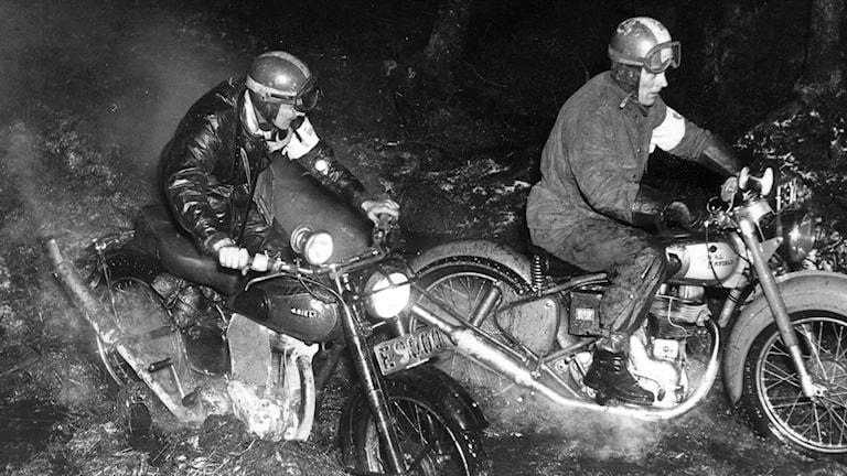Novemberkåsan 1950, Seth Lindvall och Alvar Strandberg under det blöta och leriga loppet. Foto: TT.
