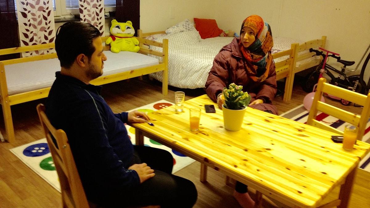 22-åriga asylsökande Ehaa Dagstani, boende vid Restad gård i Vänersborg, tillsammans med sin man Anas Alnshewatey. Foto: Margaretha Valdemarsdotter/Sveriges Radio