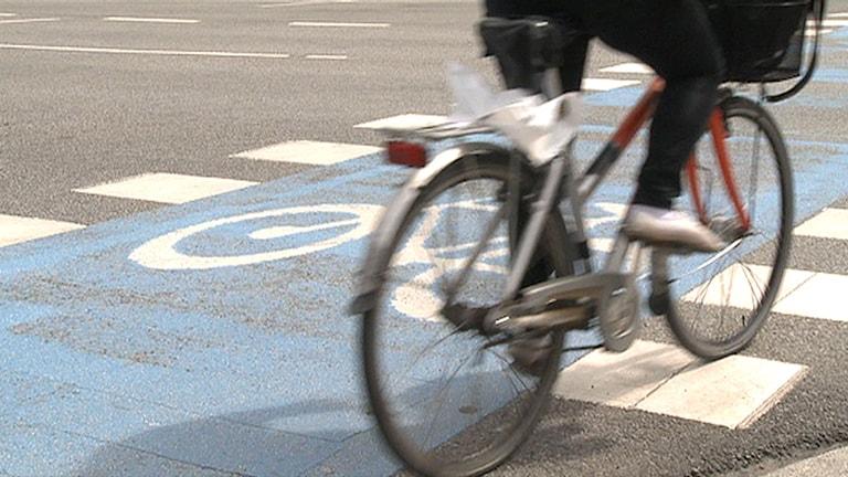 En person cyklar. Foto: Erland Vinberg/TT