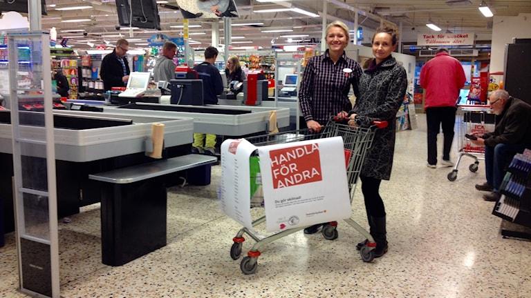 """tillförordnad Butikschef Victoria Hansson och katarina Bjelke, ansvarig för """"Handla för andra"""" i Uddevalla Foto: Margaretha Valdemarsdotter/Sveriges Radio"""