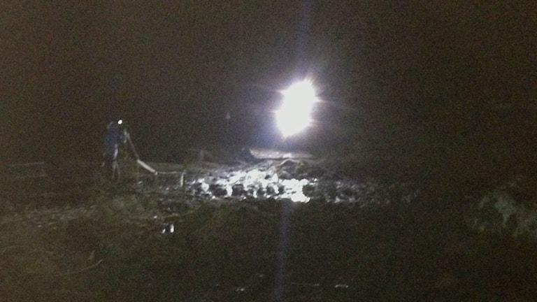 Motorcykel kör genom stor vattenpöl i mörkret under Novemberkåsan.