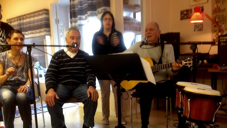 Åke Andersson leder sånggruppen på Tallvägen i Uddevalla. Foto: Jörgen Winkler/Sveriges Radio