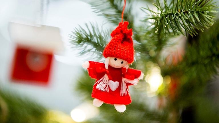En röd julängel hänger i julgranen.  Foto: Vegard Wivestad Grøtt/NTB scanpix/TT