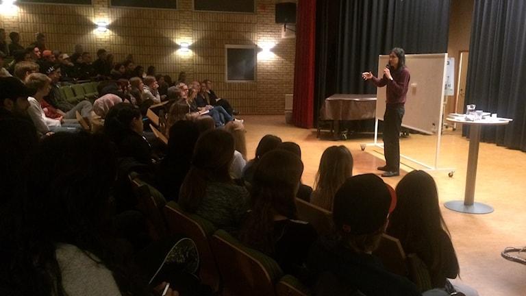 Författaren Jonas Hassen Khemiri talar inför eleverna på Magnus Åberggymnasiet. Foto: Olivia Ochoa/Sveriges Radio