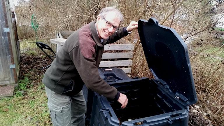 Lars Skogsberg står vid sin kompost. Foto: Peter Jarstorp.