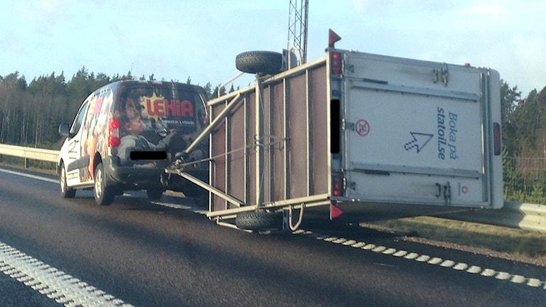 En personbil vars släp har vält. Rosserödsmotet, Uddevalla. Foto: Richard Veldre/Sveriges Radio