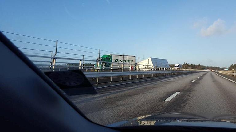 LYSSNARBILD. Det lastbilsflak som vält på Ödsmålsbron, E6.