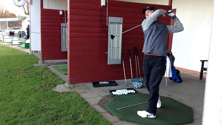 Marcus Kinhult måttar ett slag mot golfbollen på Skaftö GK. Foto: Lasse Sergård/Sveriges Radio