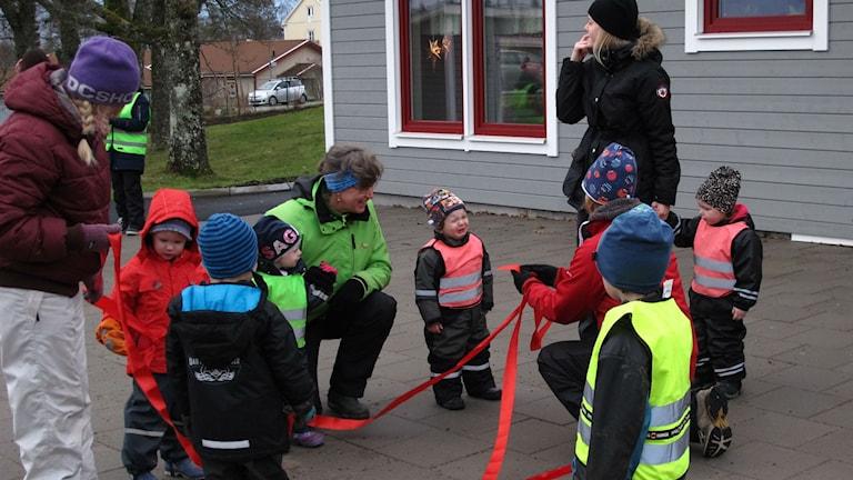 Barn framför hus
