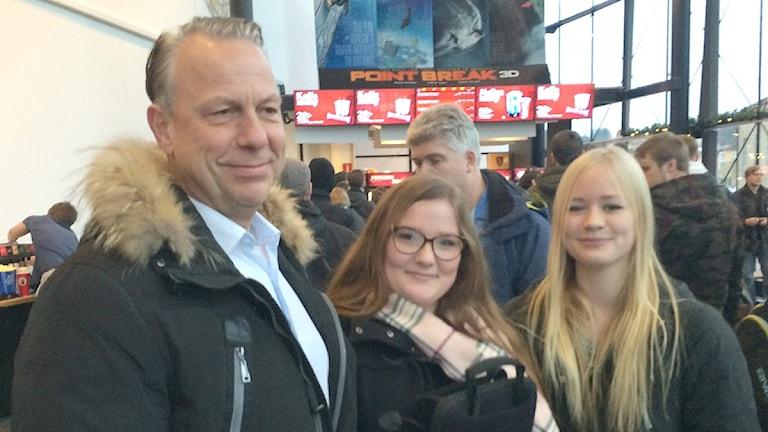 Olof Klevestedt, dottern Julia och Adina Alexandersson på biografen i Uddevalla. Foto: Skoob Salihi/Sveriges Radio.