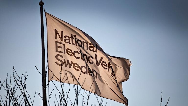 Flagga på Nevs. Nevs flagga i Trollhättan på måndagen då det offentliggjordes att bilföretaget Nevs får en ny asiatisk storägare. Foto: Björn Larsson Rosvall/TT.