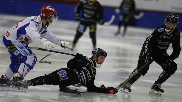 Bandy Gripen Henrik Korén ligger på isen