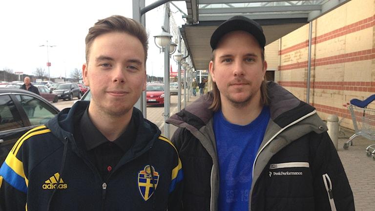 Bröderna Jesper och Johan Abrahamsson utanför Torp köpcentrum i Uddevalla. Foto: Max Lindahl/Sveriges Radio.