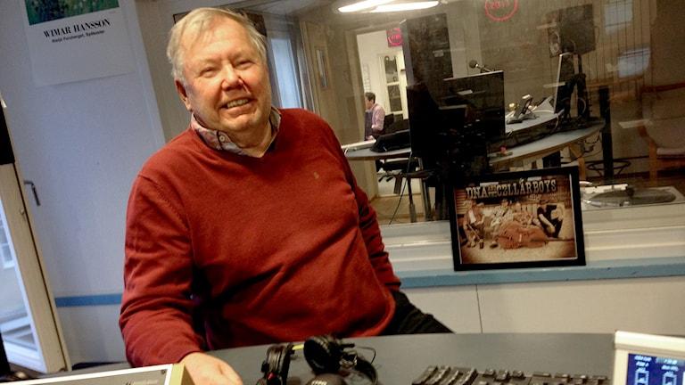 Bert Karlsson i P4 Västs studio. Foto: Lina Alexandersson/Sveriges Radio.