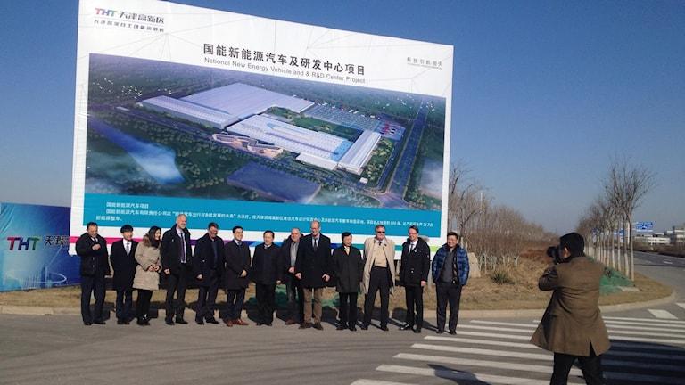 Nevs styrelse besöker för första gången platsen där den nya stora elbilsfabriken i Tianjin håller på att byggas. Foto: Hanna Sahlberg/Sveriges Radio.