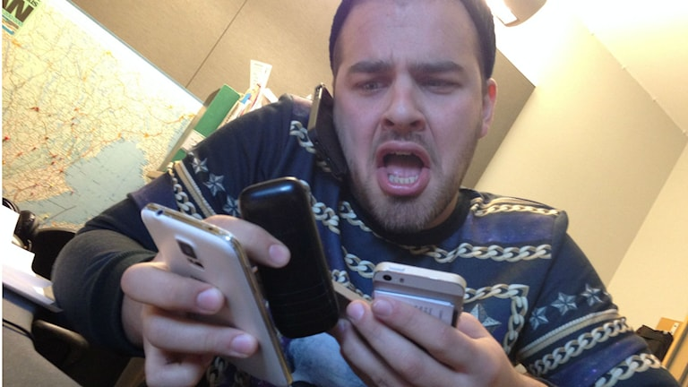 Bild på förtvivlar Tommy öster med telefoner.