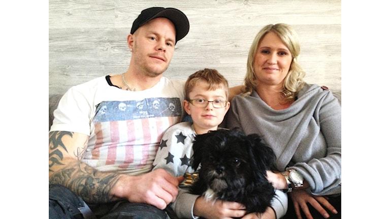 Magnus Olsson och Camilla Johansson med deras son Alwin. Och inte minst hunden Loui som nu är hemma hos familjen igen. Foto: Joel Hansson/Sveriges Radio.