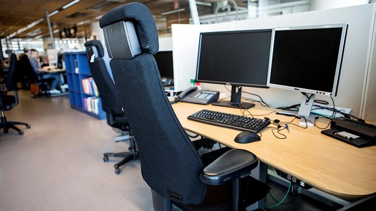 En arbetsplats i ett kontorslandskap. Ett skrivbord med datorskärmar och en kontorsstol.  Foto: Christine Olsson/TT