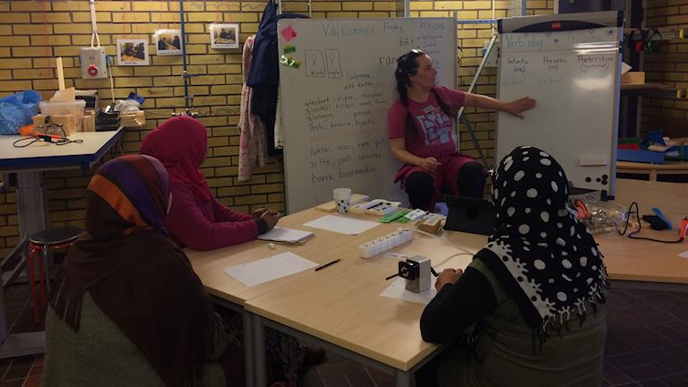 Lena Henningsson tar avstamp i snickrandet när hon lär ut svenska. Foto: Oskar Lodin / Sveriges Radio