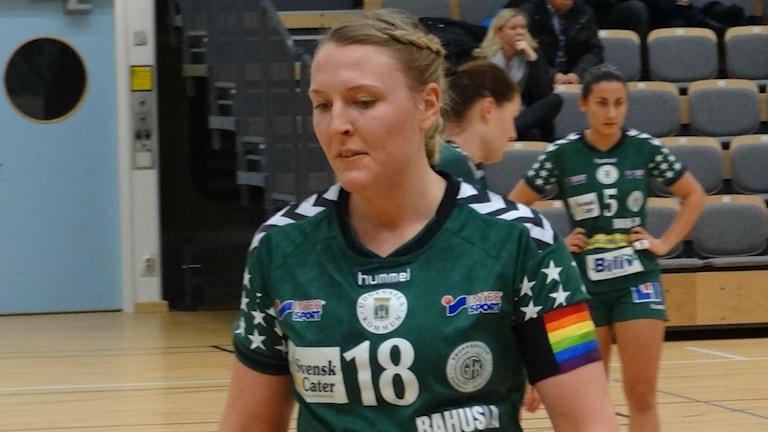 Handboll Kroppskultur Rebecka Sandberg lagkapten med regnbågsbindel