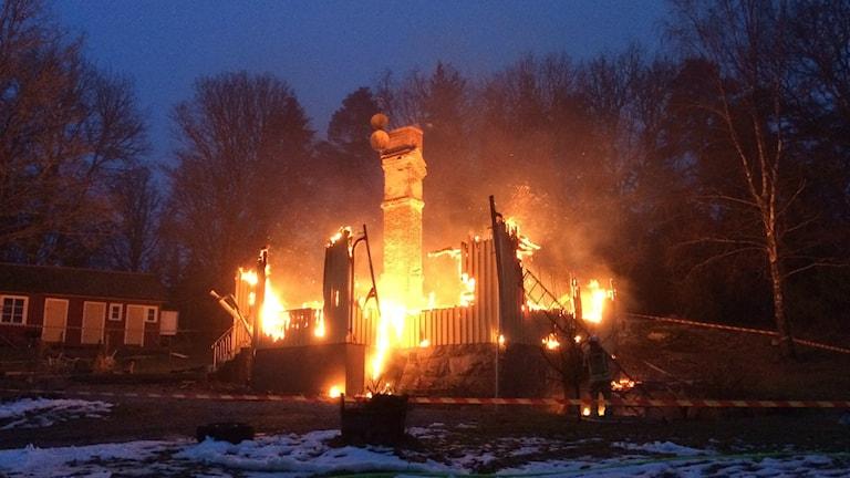 En fullt utvecklad villabrand söder om Trollhättan. Foto: Max Lindahl/Sveriges Radio.
