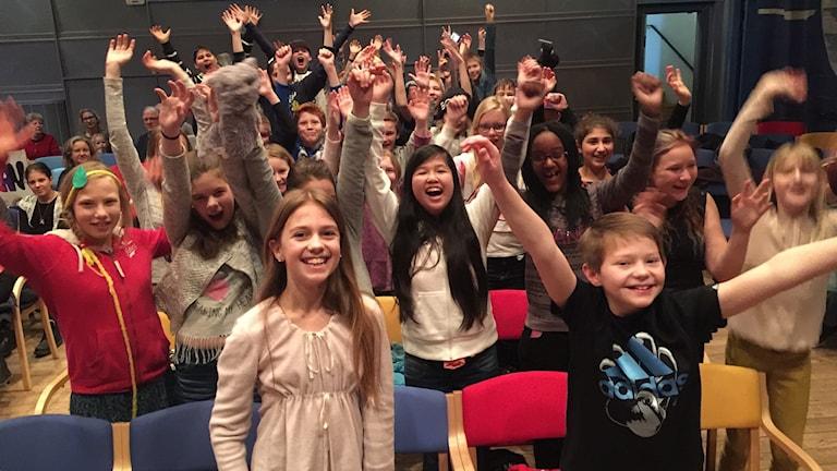 Paradisskolan klass 5A firar vinsten i kvartsfinal 3 i Vi i femman. Foto: Susanna Wictorzon/Sveriges Radio.