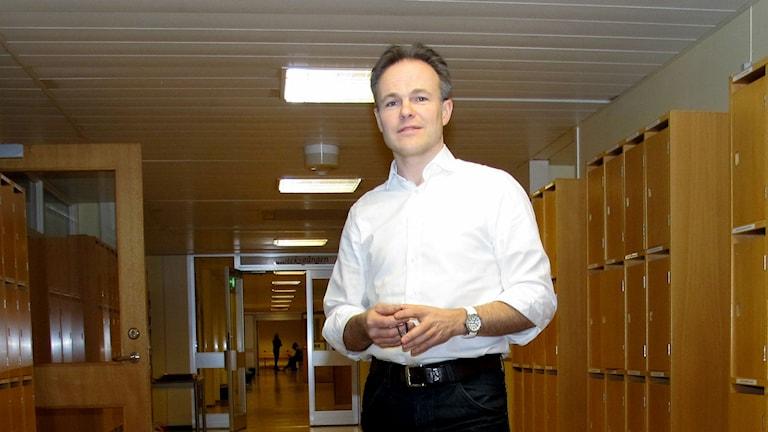 Man i korridor