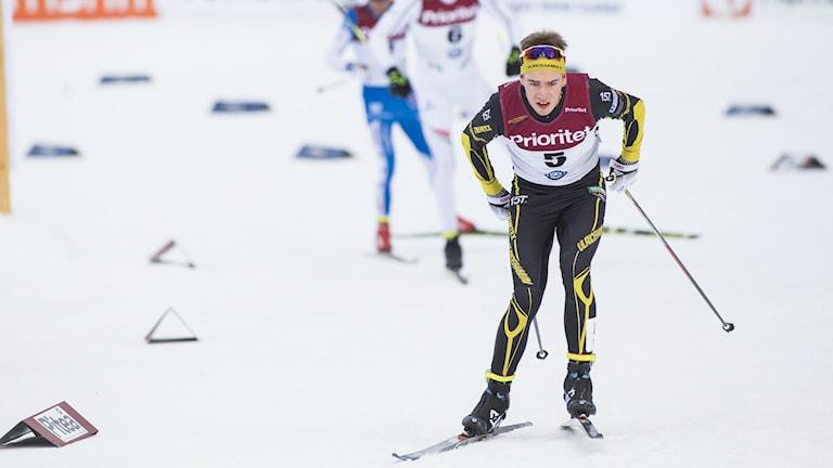 Viktor Thorn i ledningen under herrarnas skiathhlon. Foto: Robert Ny