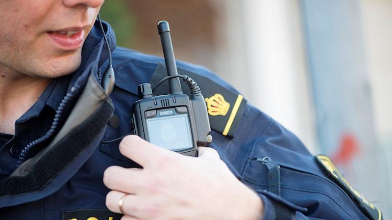 En polis med kommunikationsradio på axeln. Foto: Fredrik Sandberg/TT.
