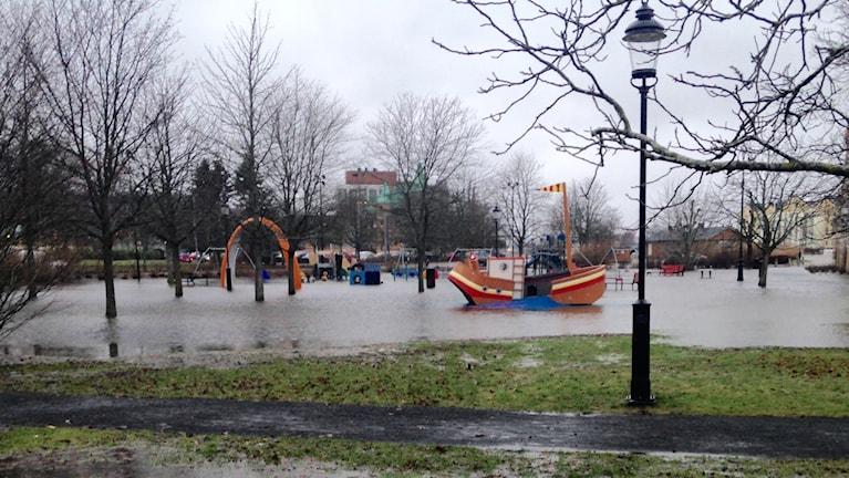 Översvämning på lekplats i centrala Uddevalla.