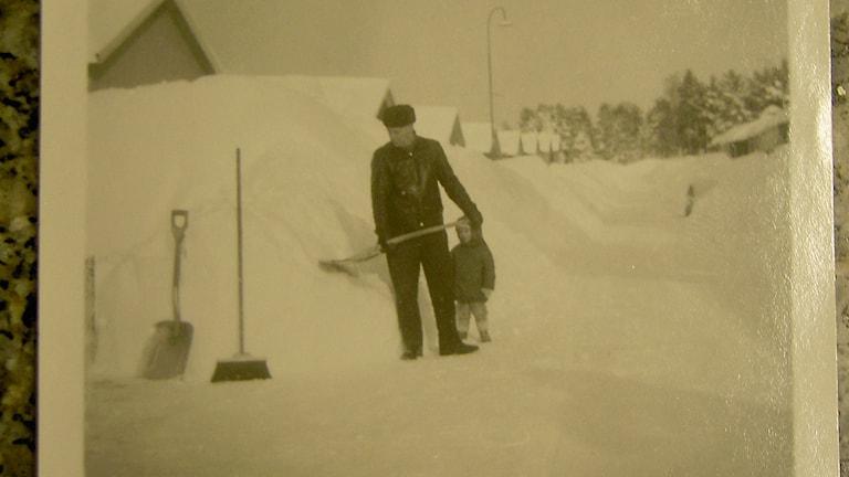 Thomas Stålhandske har mejlat in en bild på sin pappa och sin bror, när de skottar snö i Åmål vintern 1966.