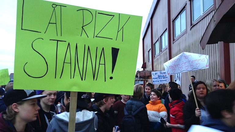 Elever på Valboskolan protesterar mot utvisningen av familjen Rizk i Färgelanda.