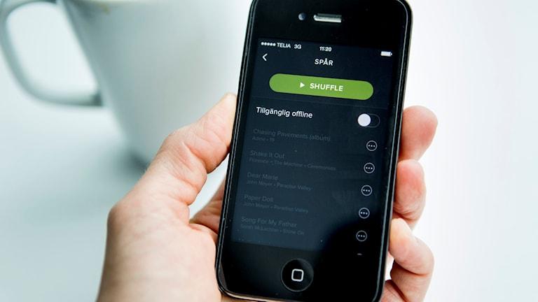 En mobiltelefon med appen för Spotify.