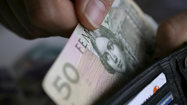 En femtiolapp i en plånbok.