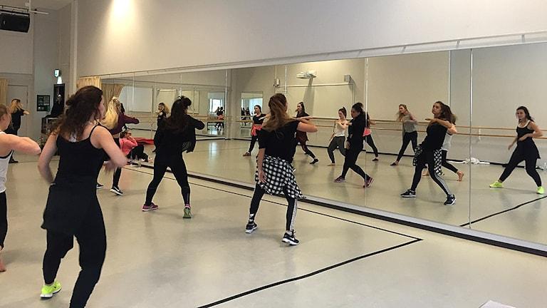 Dansgruppen Beyond crew tillsammans med elever på Sinclair i Uddevalla.