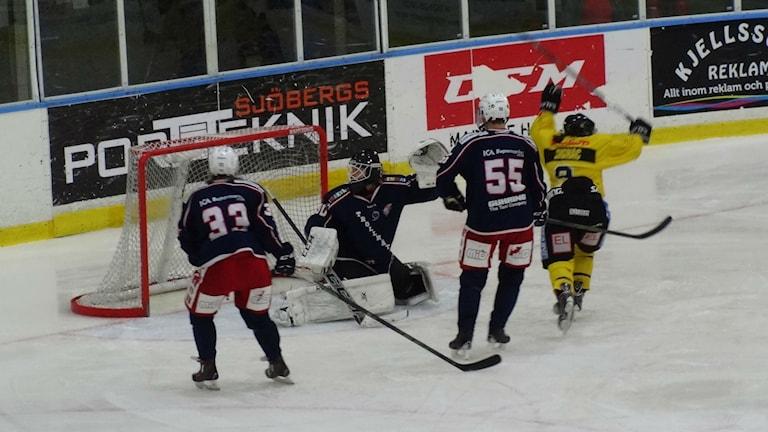 Ishockey Vänersborg HC gör mål mot Trollhättan
